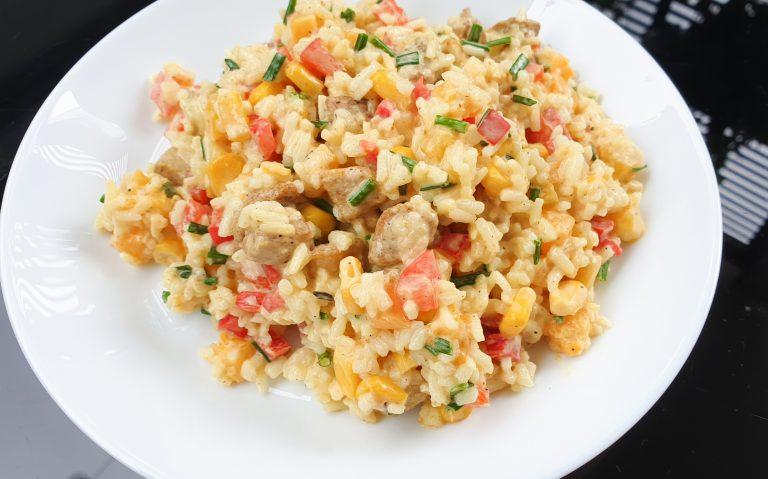 Sałatka curry z ryżem i brzoskwiniami