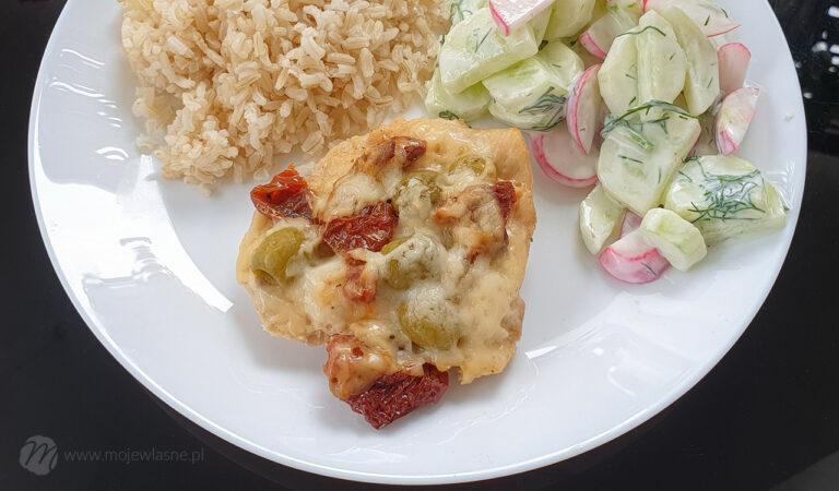 Pomysł na szybki obiad – pierś zapiekana z suszonymi pomidorami i serem kozim